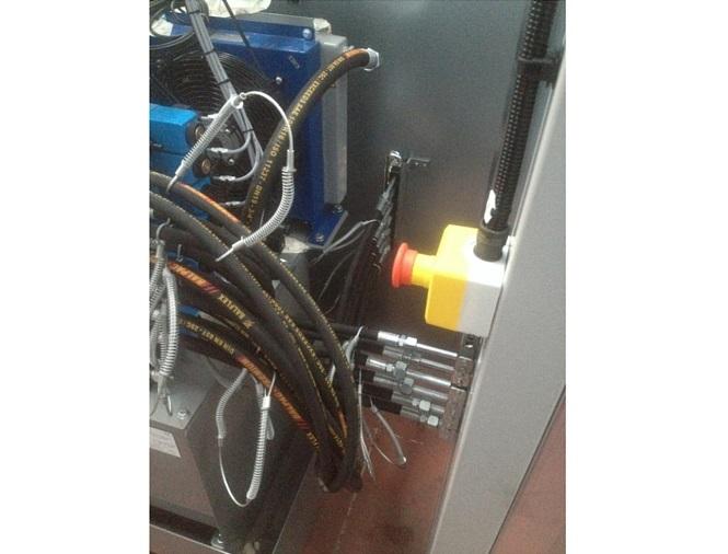 Tuyautage et raccordement pour une machine à plier